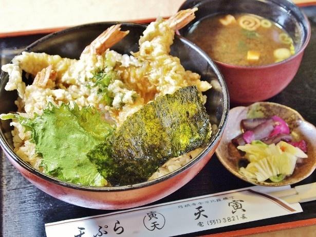 特天丼(1050円)。味噌汁と漬物が付く