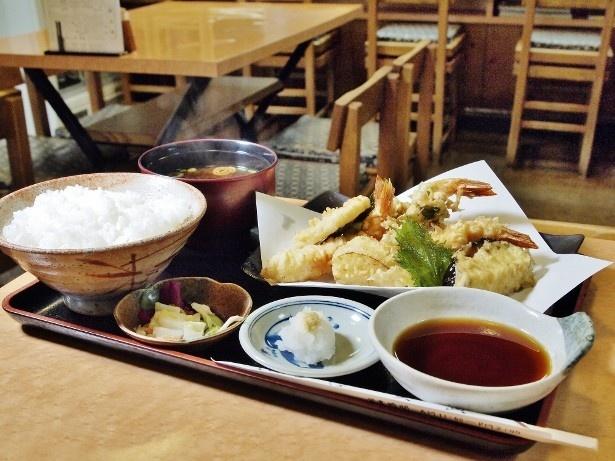 天ぷら定食・並(1150円)。天ぷらはエビと魚、野菜が数種類のりボリューム満点だ