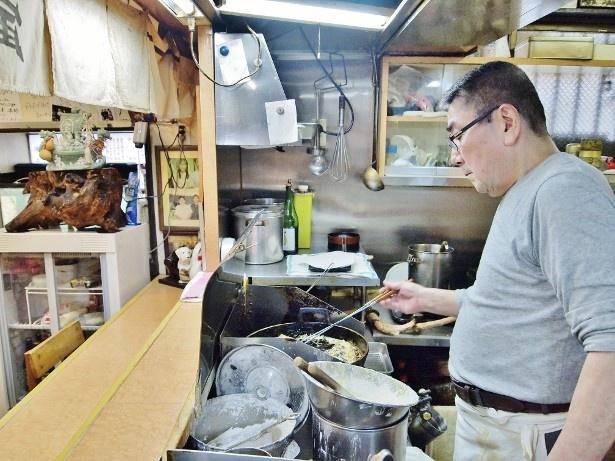 熟練した技術で天ぷらを揚げる店主