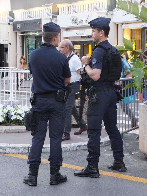 例年よりも多めの警官が警備する2017年のカンヌ国際映画祭