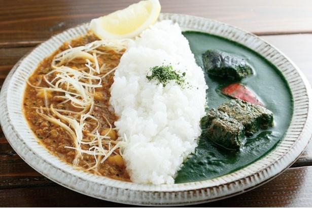 「旅人カレー」の「本日のハーフ&ハーフ」(1100円)は、日替りで2種のカレーが楽しめる。写真は、ほうれん草カレーと、鶏ひき肉とひよこ豆のカレー