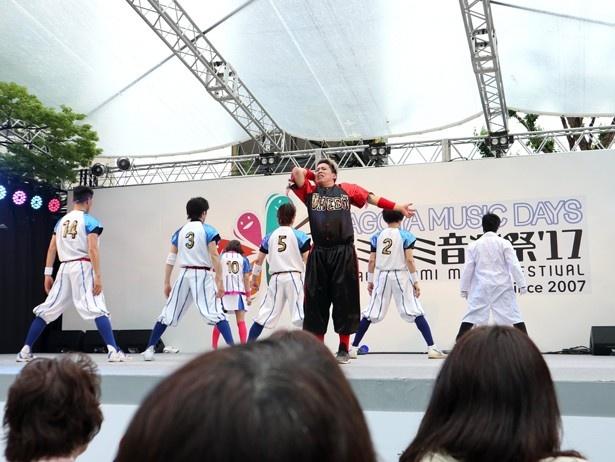 劇団「ゲキバカ」にも所属している伊藤今人(写真中央)。梅棒のほか、俳優、MC、振り付け師としても活躍中。