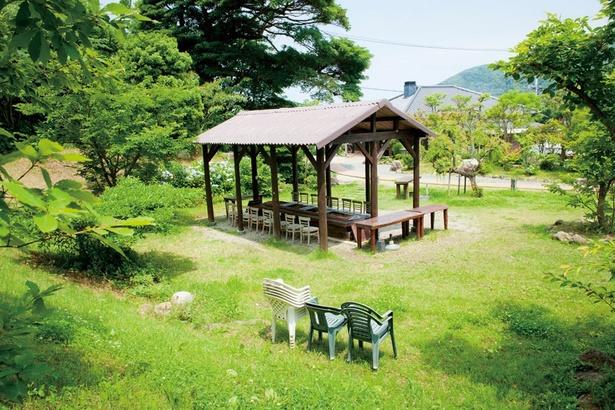 【写真を見る】御飯屋おはな。野北海岸沿いに建つ食事処の裏庭がBBQ場に