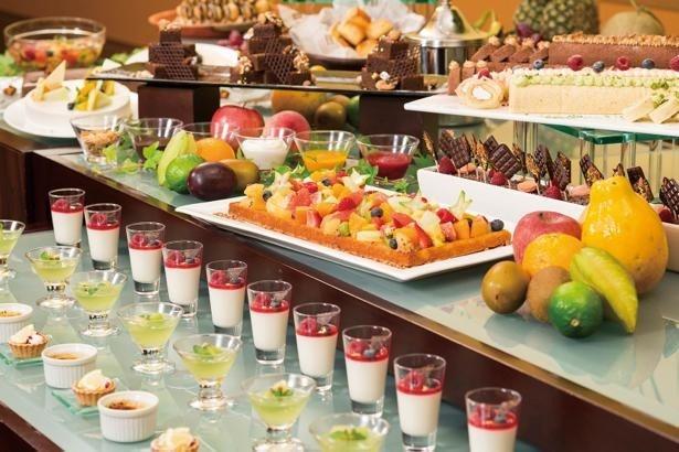 【写真を見る】季節のフルーツを使用したケーキやプリン