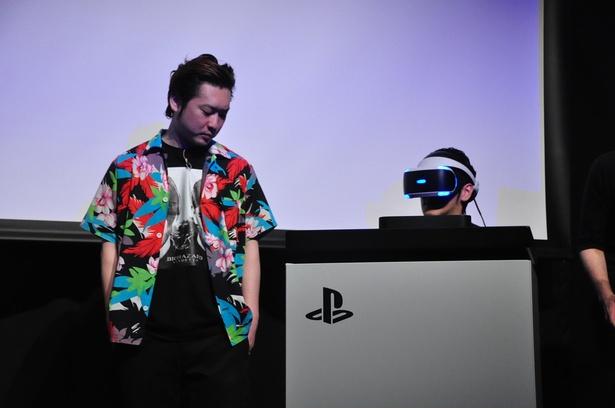 VRコンテンツを体験するアニキを見守るノブオ