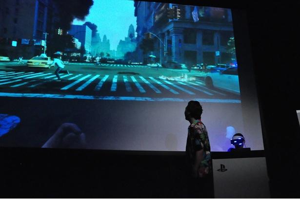 【写真を見る】ゾンビの視点で「バイオハザード」の世界を楽しめるVRコンテンツにアニキがビビりまくり