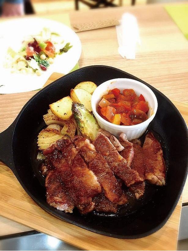 【写真を見る】ライブ感あふれる鉄板料理を堪能!「Teppan Dining よしだ」