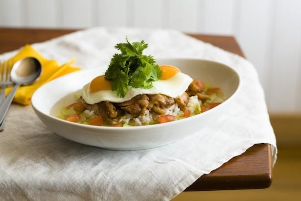 熱々のブロスをたっぷりかけた食べ応えのあるハワイ風スープライス