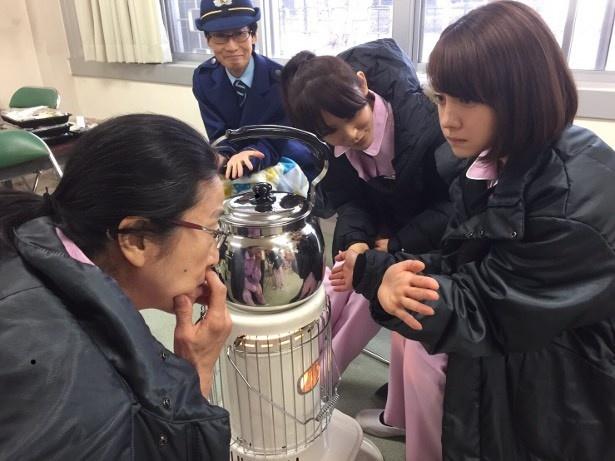 「女囚セブン」撮影の合間にトリンドル玲奈の手相を見る木野花