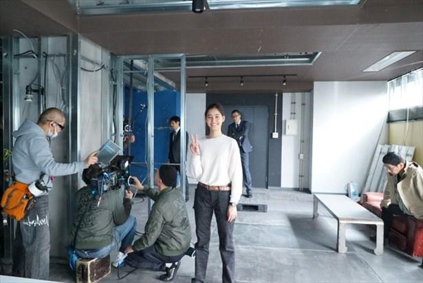 小栗旬が撮影した新木優子のピース写真