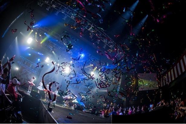 4周年記念当日となる2日目の「FES☆TIVE4周年ワンマンライブ『ワッショイワンダーランド2Days』~絢爛~」がスタート