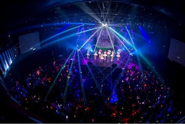 「マジカルパレード」で、4周年記念当日となる2日目のライブが幕を開ける