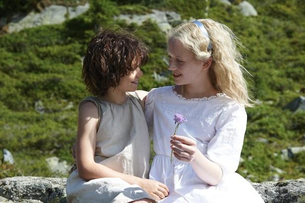 【写真を見る】クララお嬢様と友情を育むハイジ