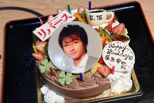 5月15日に35歳の誕生日を迎えた藤原竜也を「リバース」の共演者&スタッフがお祝い!