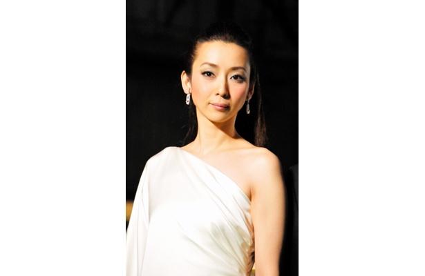 これぞcool!稲森いずみ(36)は純白のドレス&涼しげメイクで登場
