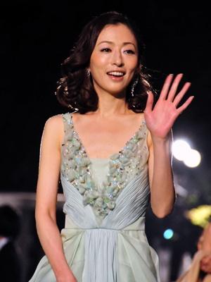フラッシュを浴びながらも、沿道のギャラリーへの気配りを忘れない松雪泰子(35)
