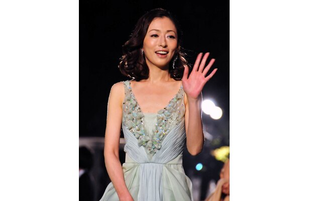 胸の開いたドレスを着る松雪泰子