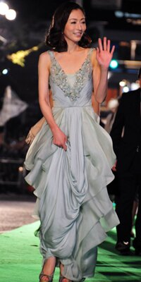艶やかなペパーミントグリーンのドレス。松雪泰子の全身はコレ