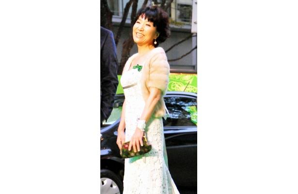 森山良子(60)は、白ドレスで登場