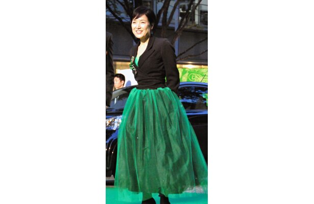 桃井かおり(57)は、グリーンのシフォンスカート。今回テーマのグリーンをここまで使った女優は桃井かおりのみ!