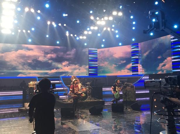 【写真を見る】テレビ初披露となる最新曲「CHARM」を歌うWANIMA
