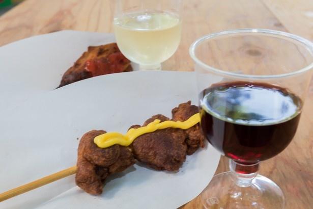 ワインと相性抜群の揚げ物も用意!さまざまなブドウ品種のワインがそろい、写真は赤がピノ・ノワール、白がカベルネ・ソーヴィニヨン