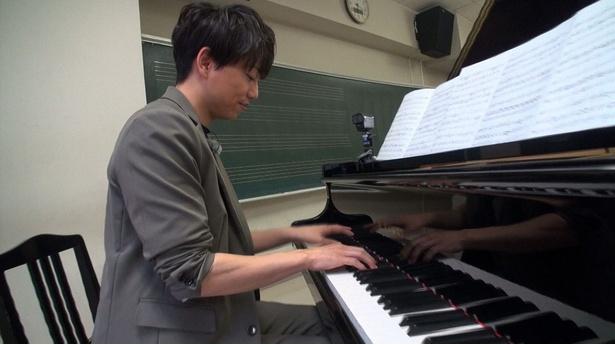 【写真を見る】母校・東京音楽大学で山崎育三郎が魅惑のピアノ弾き語りを披露!
