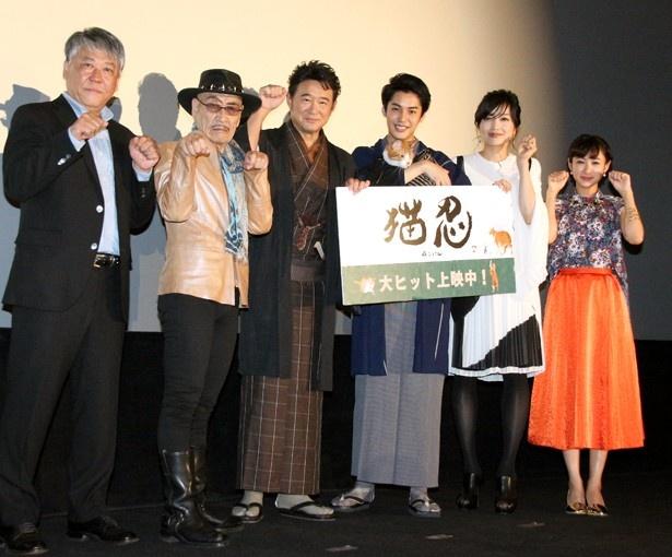 映画「猫忍」の初日舞台あいさつに登壇した渡辺武監督、麿赤兒、船越英一郎、大野拓朗、佐藤江梨子、藤本泉(左から)