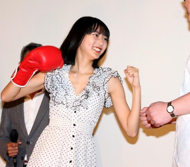 武田玲奈がクラウドファンディング出資者にパンチのプレゼント
