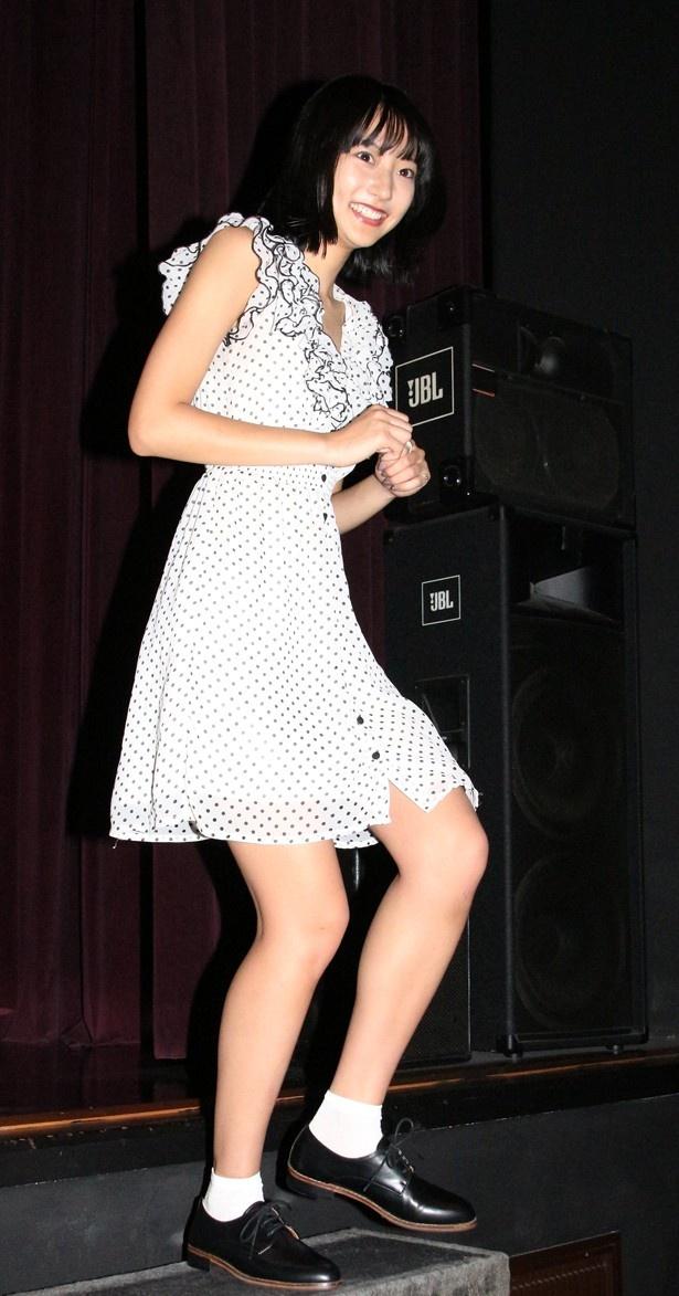 【写真を見る】武田玲奈は胸元の開いたミニスカワンピで登壇
