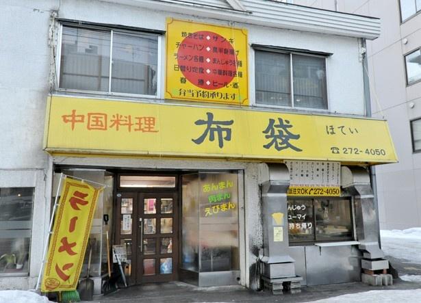 電車通り沿いにある店舗は黄色いテントが目印です