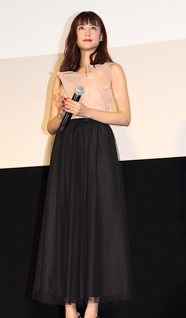 山本美月、もも色×黒のフワリとしたドレスで登場