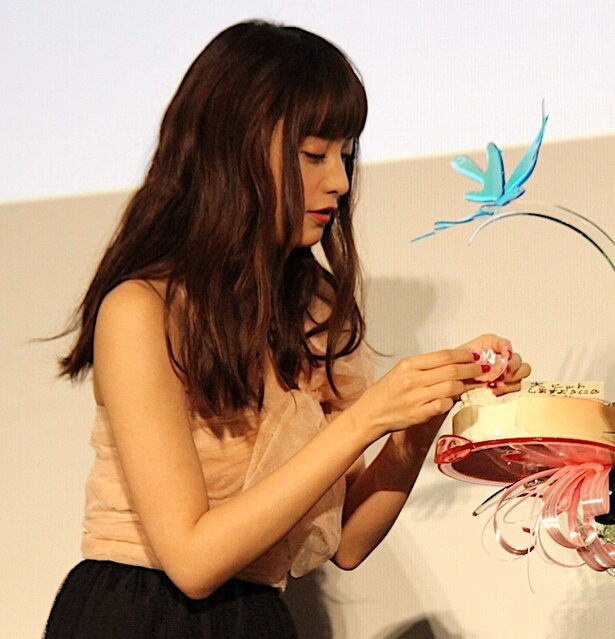 ケーキに仕上げの飾りつけ