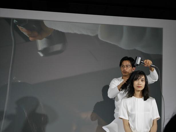 デモンストレーションでは、ヘアメイクアーティスト・小田切ヒロ氏と名古屋市出身のモデル・林田岬優さんが登場