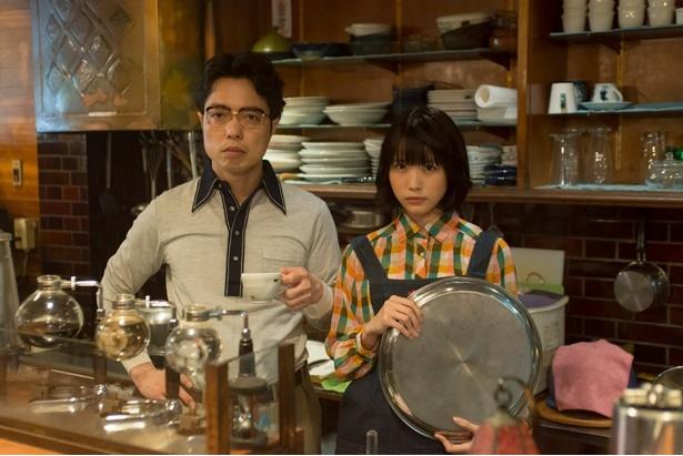 倶楽部の面々が入り浸る喫茶店のマスター役を小松利昌、ウエートレス役をゆうめるモ!のあのが演じる