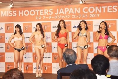 水着審査では、5名ずつステージに登壇することに