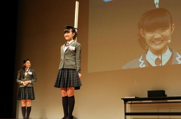 在校生最高身長の岡田愛(左)が見守る中、身長測定に臨んだ麻生真彩(右)(2時限目)
