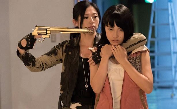 亜紗美らが演じる教師たちにギンプとの戦闘術を叩きこまれる少女たち