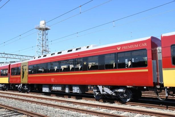 「京阪プレミアムカー」赤色にゴールドのアクセントが彩りを添える
