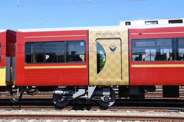【写真を見る】京阪特急伝統の「ハトマーク」に星を組み合わせた扉のロゴデザイン/京阪プレミアムカー