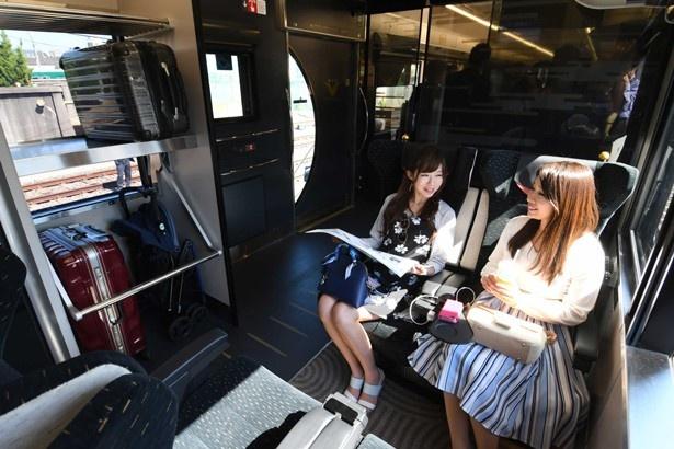車内の一角には大型のスーツケースが置けるらげっじスペースも設置/京阪プレミアムカー