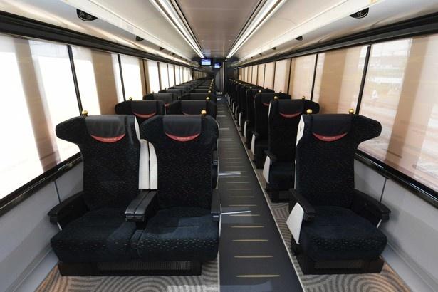 客室には大型のリクライニングシートがゆったりと並ぶ/京阪プレミアムカー