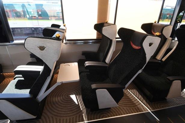 座席の背面には大型テーブルがある/京阪プレミアムカー