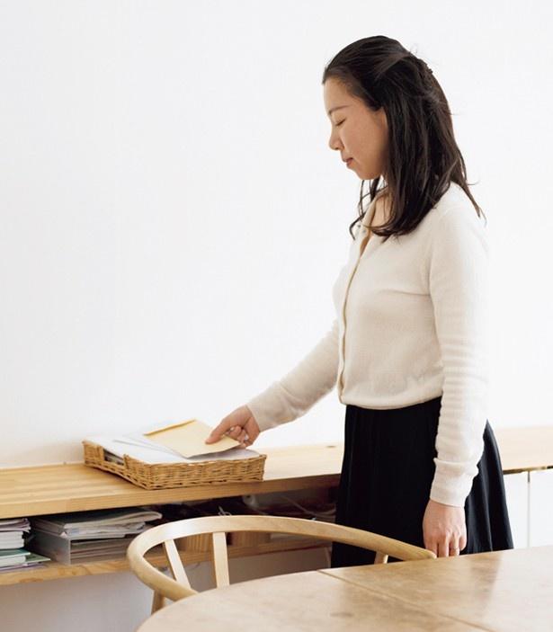 【写真を見る】必要書類だけをダイニングの「INボックス」へ入れる尾崎さん