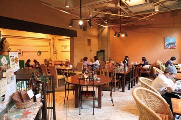 店内は天井が高く開放感あり。庭の風景も美しい/カンテ グランデ 中津本店