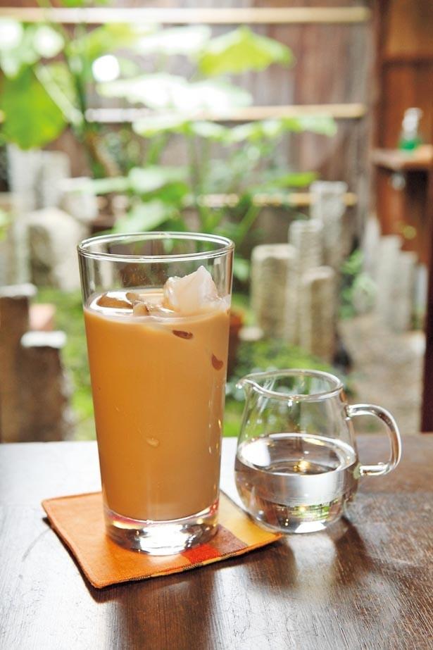 【写真を見る】シロップなしでも茶葉と牛乳の豊かなボディ感が見事な「アイスチャイ」(550円)/Ratna Cafe