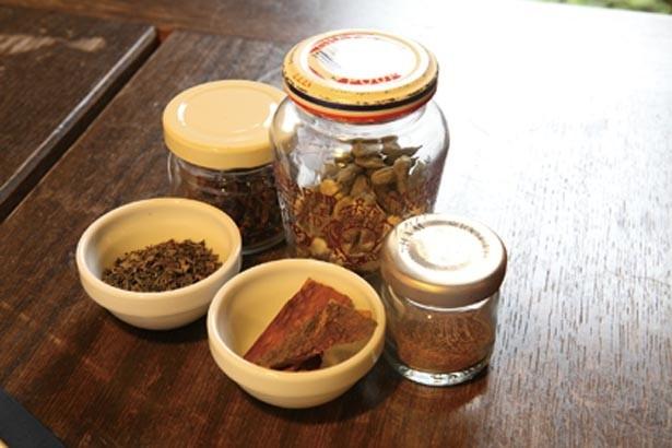 ホットチャイは乾燥ミントやシナモン、マサラなどのスパイスチャイのほか、アニシードチャイも選べる。レモングラスチャイなどレアな味も/Ratna Cafe