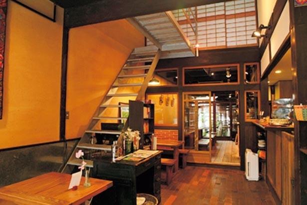 京町家をリノベートした建物は、奥行きのある細長い間取りが特徴的。最奥には美しい坪庭もあり/Ratna Cafe