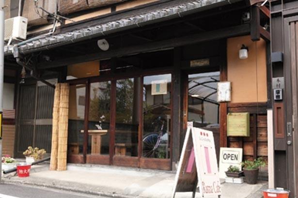堀川通の1筋西、岩上通の古風な宅地の並びに立つため一見目立たない。白い看板を目印に/Ratna Cafe