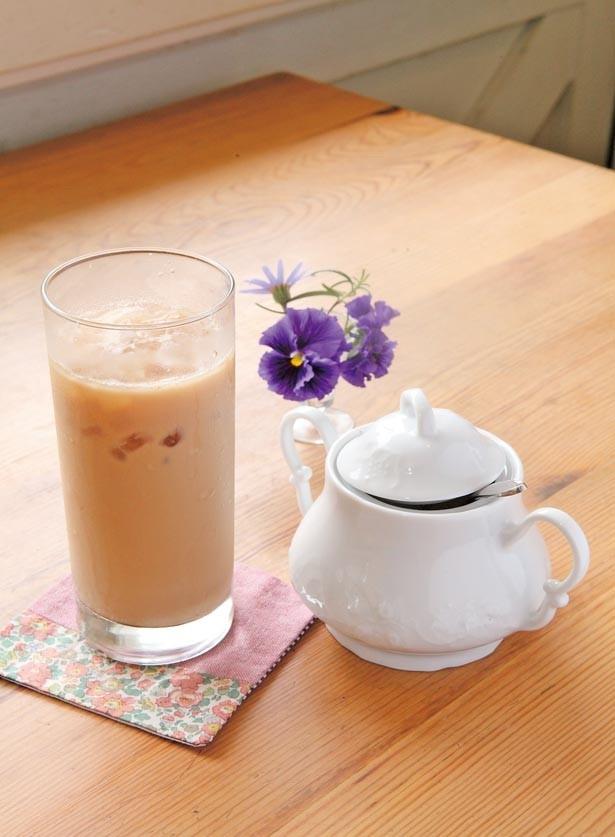 【写真を見る】通常の1.5倍の茶葉に濃いめのミルクを使用した「アイスキャラメルロイヤル」(650円)/紅茶専門店 ティーホリック